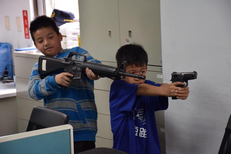 兒童節前夕,土城分局裡來了群小小萌警,有模有樣地拿槍操演,天真可愛。(新北市土城分局提供)