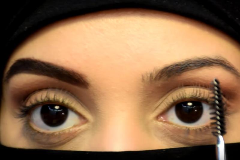 沙烏地阿拉伯的美妝影音部落客即使戴著面罩也能教你化妝。(截圖自YouTube)