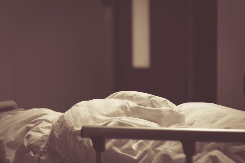 當病人已近回天乏術,比起殘忍的急救,施加物理治療讓他們舒緩身心,可能是更好的做法。(示意圖/Roco Julie@Flickr)