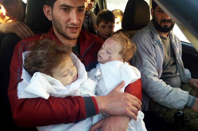 敘利亞北部伊德利卜省(Idlib)反抗軍城鎮罕謝宏(Khan Sheikhoun)4日遭到政府軍化學武器毒氣攻擊,造成慘重傷亡,死傷者包括許多兒童,圖中男子的雙胞胎孩子、妻子等親戚全部慘死。(美聯社)