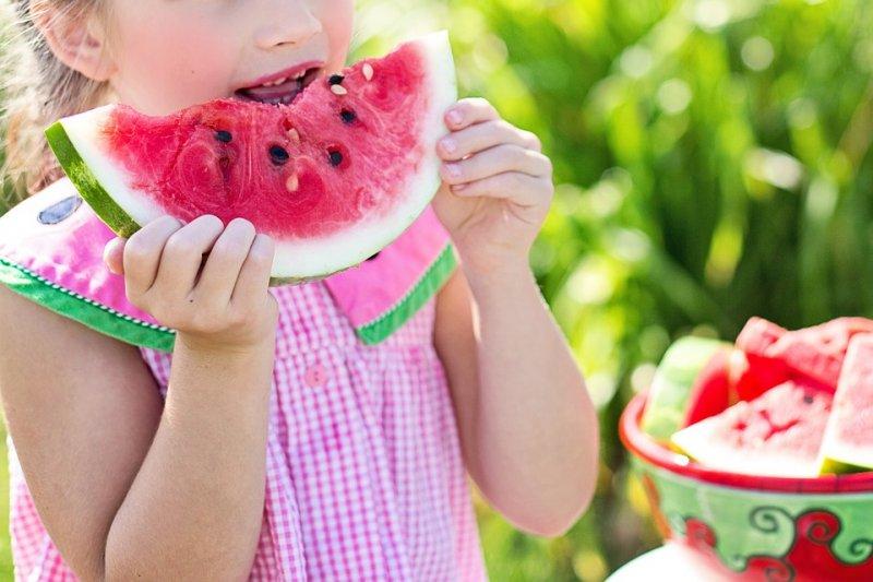 若爸媽真的沒空煮飯只能外食,可以從增加蔬果量改善孩子飲食。(圖/jill111@pixabay)