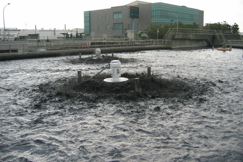 八里污水廠長年經常性偷排汙水入海,3年共偷排700次,北市府恐面臨50億元罰款。(資料照,風傳媒)