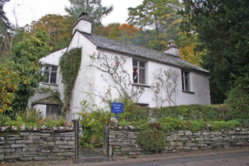 1799年至1808年,華茲華斯與妹妹桃樂絲住在格拉斯米爾的這間屋子裡(Christine Hasman@Wikipedia/CC BY-SA 2.0)