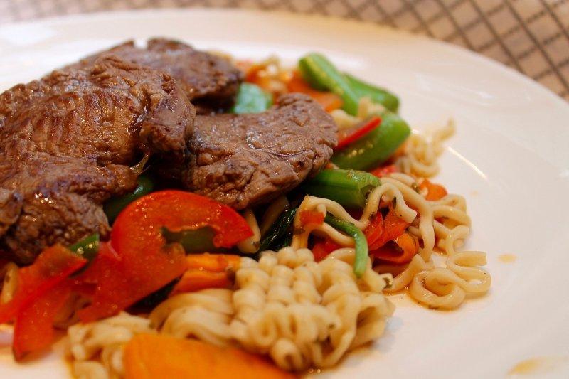 許多人以為我們只能從肉類攝取足夠的蛋白質,但事實上,這會帶來更大的健康問題。(示意圖/Pixabay)