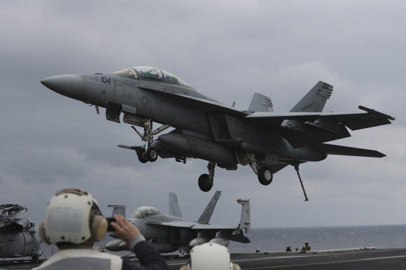 朝鮮半島戰雲密布,一架美軍F/A-18超級大黃蜂(F/A-18 Super Hornet)戰機從航母「卡爾文森號」(USS Carl Vinson)起飛(AP)
