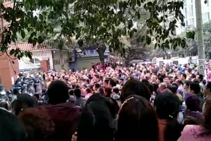 四川瀘縣太伏鎮居民聚集在太伏中學前,要求政府對趙鑫的死給個公道(翻攝網路)