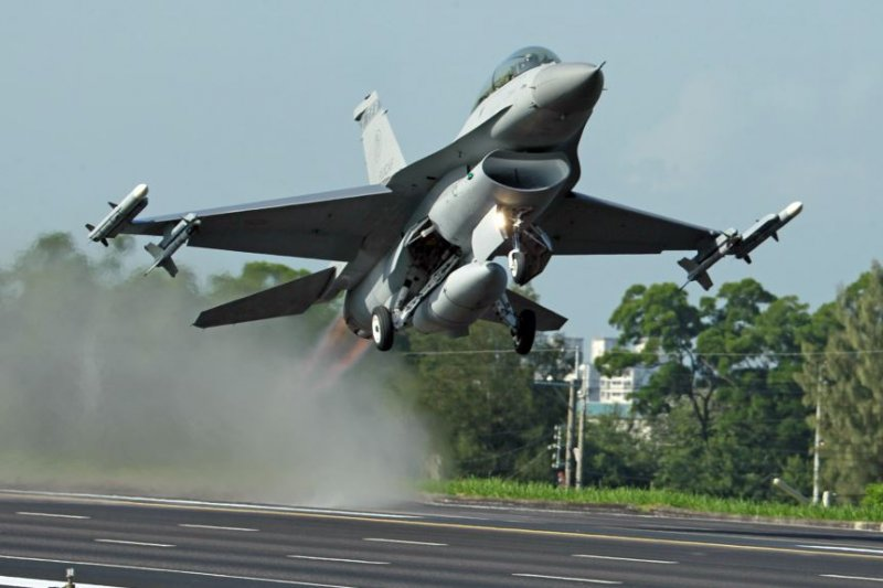 台灣的漢光軍事演習裡,美國製造的F-16戰鬥機從公路上起飛。(美國之音資料照)