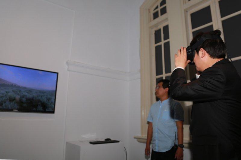 台南市長賴清德體驗擴增實境。(台南市政府提供)
