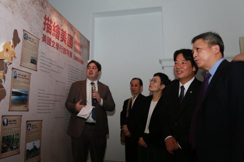 美國在臺協會(AIT)處長梅健華與台南市長市長賴清德,一同參觀「美國文學行旅」特展。(台南市政府提供)