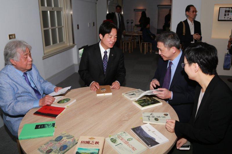 美國在臺協會(AIT)處長梅健華與台南市長市長賴清德,一同參觀「綠色之夢-當代臺灣自然書寫特展」。(台南市政府提供)