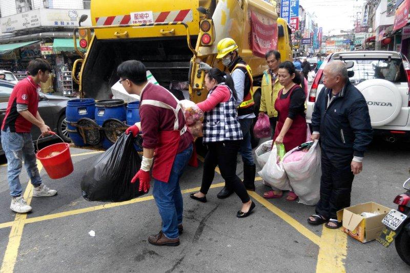 桃園市環保局不定時破袋檢查有無確實回收。(圖/桃園市環保局提供)