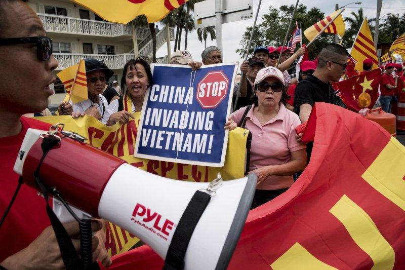 反對中國的民眾在佛州抗議,宣稱中國入侵越南。(資料照,美聯社)