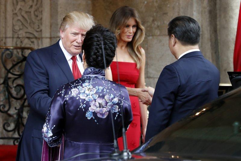 美國總統川普與中國國家主席習近平(右)在佛羅里達的海湖莊園俱樂部首度會面、川習會(AP)