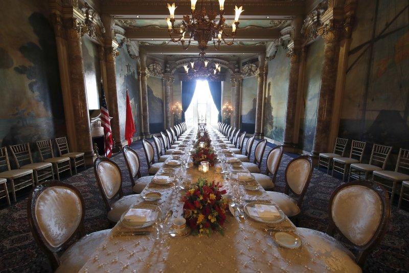 美國總統川普(左)與中國國家主席習近平在佛羅里達的海湖莊園俱樂部首度會面,並共進晚餐、川習會(AP)