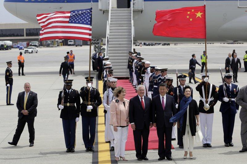 中國國家主席習近平(右二)抵達佛羅里達州,美國國務卿提勒森(中)前去迎接、川習會(AP)