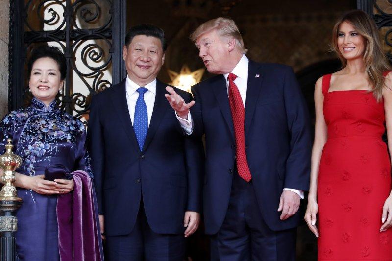 美國總統川普(右二)與中國國家主席習近平在佛羅里達的海湖莊園俱樂部首度會面、川習會(AP)
