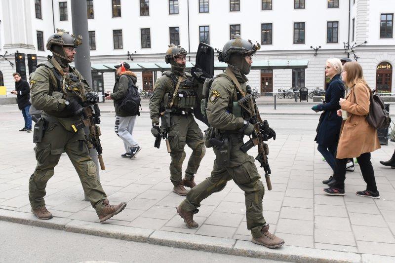 瑞典7日驚傳卡車恐怖攻擊,一輛卡車衝入首都斯德哥爾摩一家百貨公司,造成多人死傷(AP)