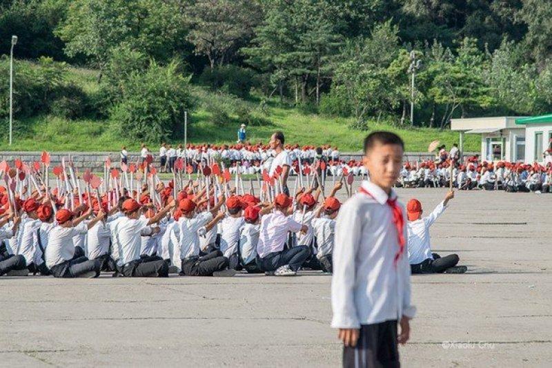 北韓是全世界消息防守數一數二嚴密的國度,這個攝影師帶著相機、搭上火車,用10多張照片揭開神秘的面紗。(圖/遠見雜誌)