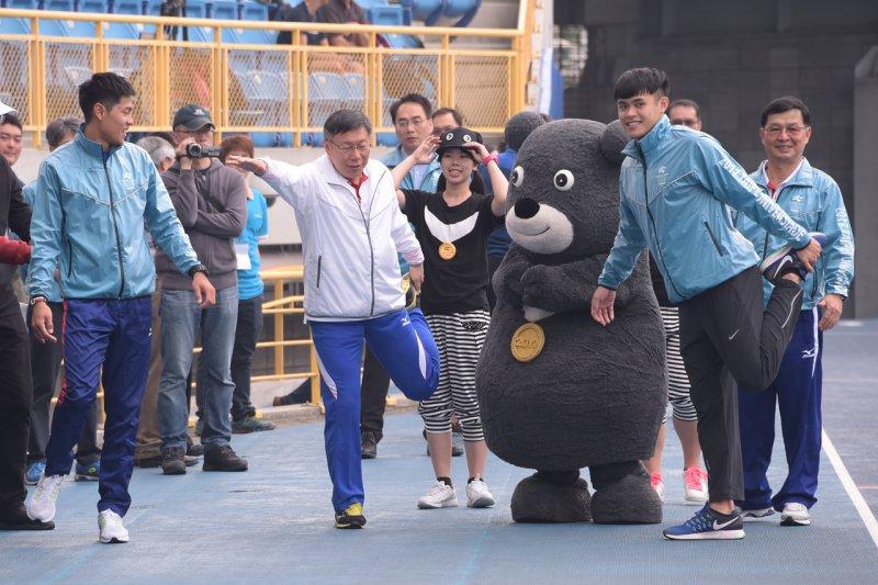 台北世大運場館整建工程,台北市長柯文哲到場視察,之後卻不慎跌倒,跌倒畫面還被廠商製作成潮T。(資料照,台北市政府提供)