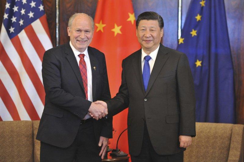 中國國家主席習近平結束訪美行程,途經阿拉斯加州,與州長沃克會談(AP)