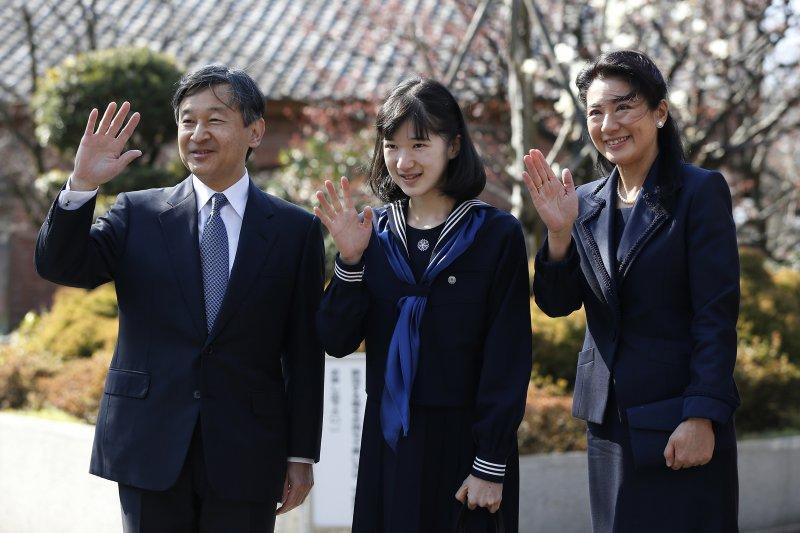日本愛子公主3月22日在父親德仁與母親雅子陪同下,一起出席學習院女子中學畢業典禮。(AP)