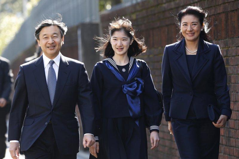 日本愛子公主3月22日在父親德仁與母親雅子陪同下,一起出席學習院女子習院中學畢業典禮。(AP)