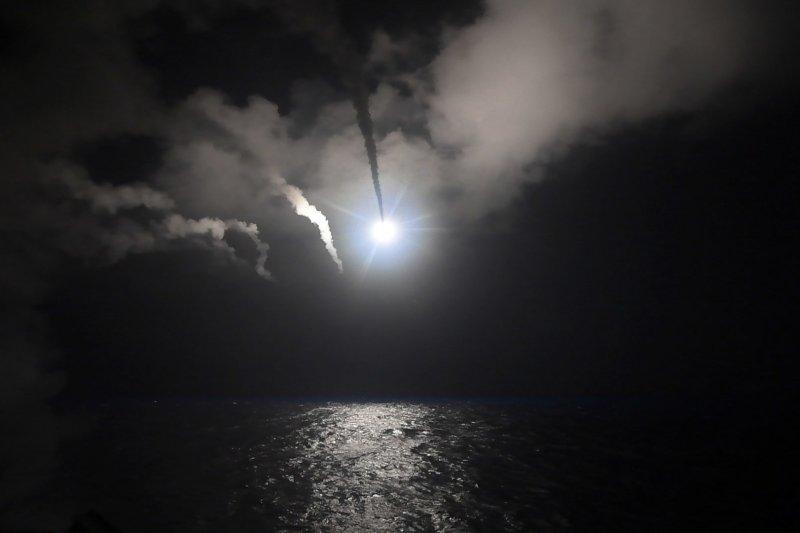美軍6日晚間從地中海發射59枚「戰斧」巡弋飛彈,突襲敘利亞中部一座空軍基地。(美聯社)