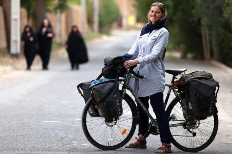 英國女記者麗貝卡(Rebecca Lowe)騎著單車走中東(BBC中文網)