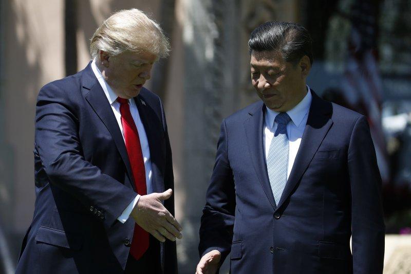 中國官媒《環球時報》直批,美國不廢除《台灣關係法》,就是未對中國做出「讓步」;圖為美國總統川普與中國國家主席習近平今年4月進行「川習會」(AP)