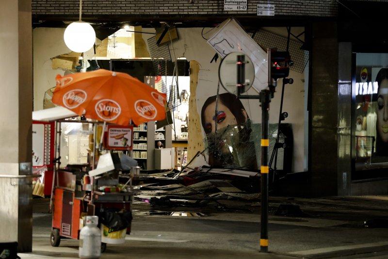 瑞典首都斯德哥爾摩7日驚傳卡車恐怖攻擊,一輛卡車衝入百貨公司,造成多人死傷,這是遇襲的百貨公司(AP)
