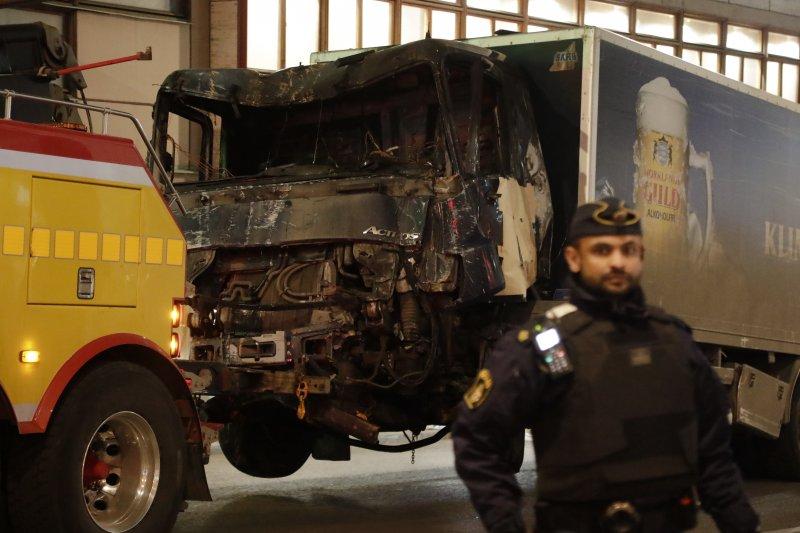瑞典首都斯德哥爾摩7日驚傳卡車恐怖攻擊,一輛卡車衝入百貨公司,造成多人死傷,這是肇事的卡車(AP)