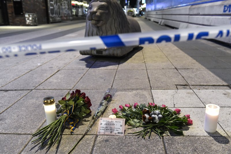 瑞典首都斯德哥爾摩7日驚傳卡車恐怖攻擊,一輛卡車衝入百貨公司,造成多人死傷,民眾獻花悼念(AP)