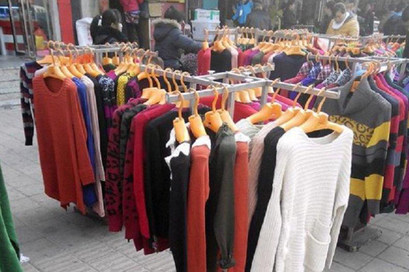 市場擺攤買衣服已經薄利到難以想像。(網路示意圖)