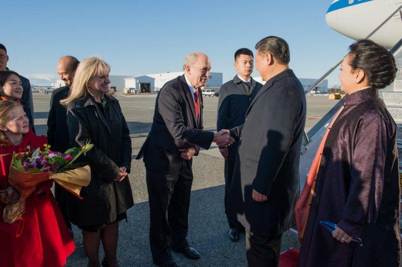 阿拉斯加州長沃克到機場為中國國家主席習近平接機,兩人握手寒暄。(沃克臉書)