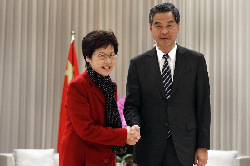 香港新任特首當選人林鄭月娥與即將卸任的特首梁振英(AP)