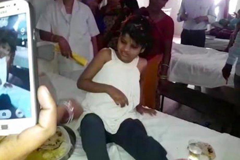 8歲女孩在森林中被發現時,無法溝通、用四肢爬行走路,也因此被誤傳是由「猴群撫養長大」。(AP)