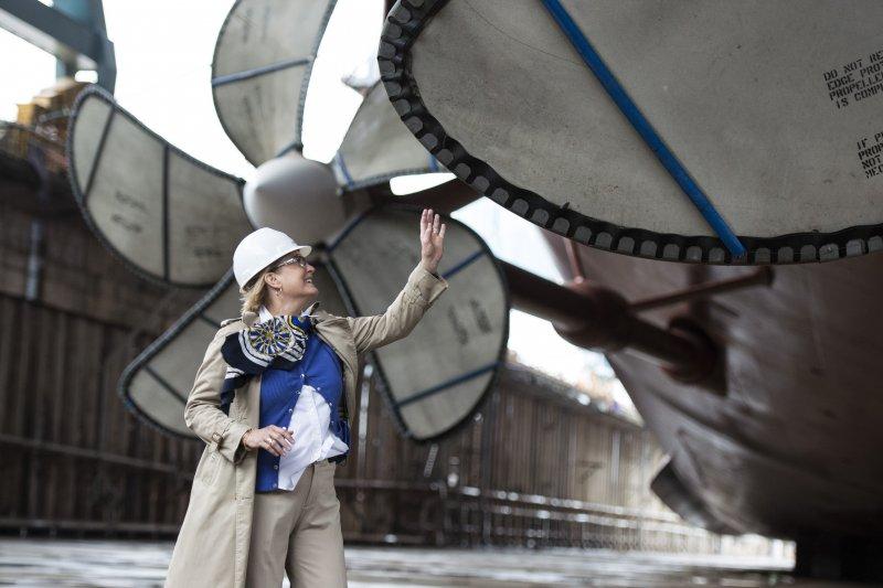 美國已故前總統福特女兒蘇珊(Susan Ford Bales)2009年11月在第12號船塢正式啟動「福特號」航母興建工程。(Wikipedia / Public Domain)