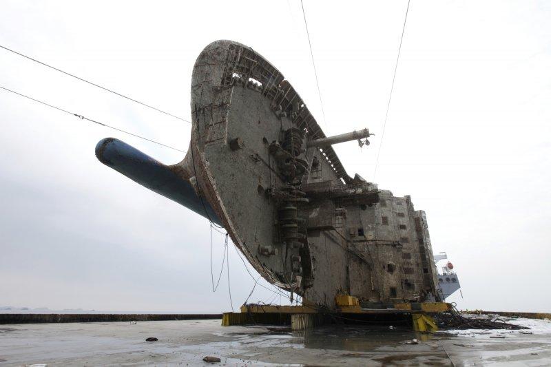 2014年4月16日沉沒、奪走304人性命的南韓渡輪世越號,已經被打撈出水(AP)