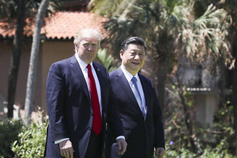 從「兩會」到「川習會」,習近平始終對台灣未置一詞。圖為中國國家主席習近平4月7日在美國佛羅里達州海湖莊園同美國總統川普散步(新華社)