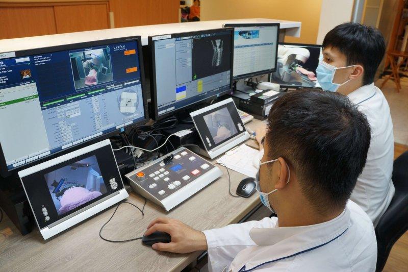 放射治療E手掌握,大林慈濟放射腫瘤科獲專利及國家品質標章肯定。(圖/大林慈濟醫院提供〕