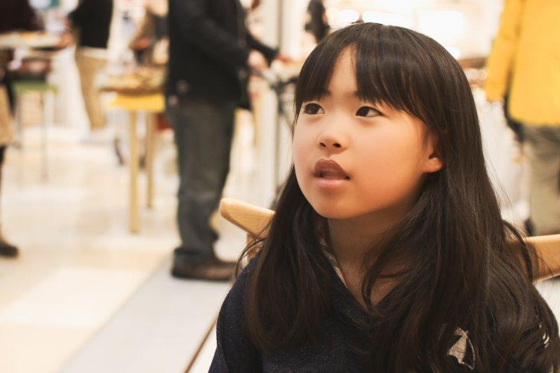 因為擔心再也收不到癌末媽媽送的禮物,小女孩怎麼樣也不願拆開包裝...(示意圖/MIKI Yoshihito@Flickr,與本文無關)