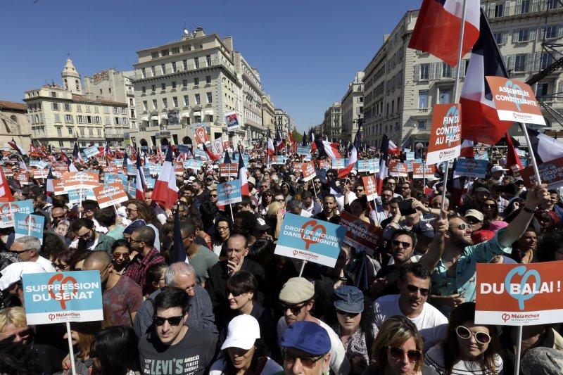 法國極左派總統候選人梅蘭雄的支持者9日齊聚馬賽(AP)