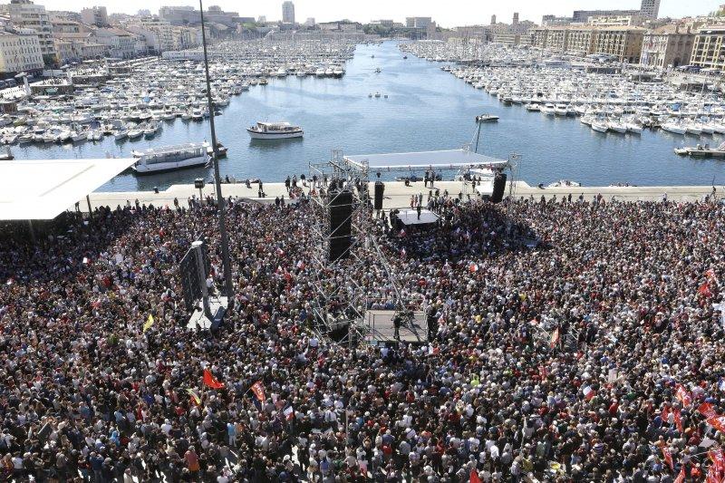 法國極左派總統候選人梅蘭雄的上萬支持者9日齊聚馬賽(AP)