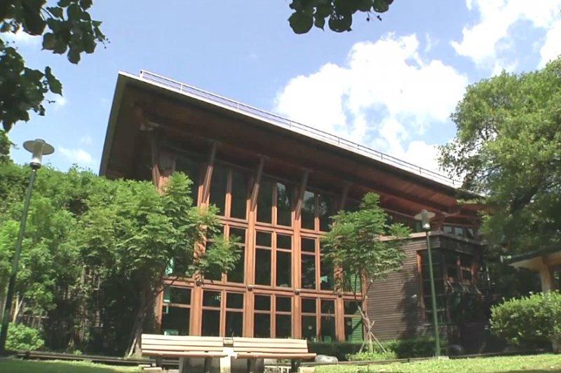 台北圖書館北投分館是台灣第一個綠建築圖書館。(翻攝自我愛北投分館@youtube)