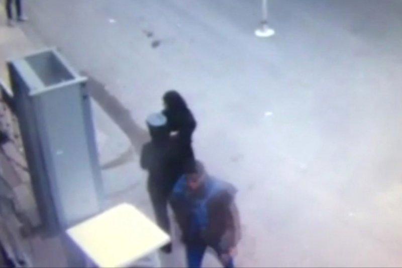 埃及亞力山卓科普特人基督教徒的聖馬可大教堂9日遭到炸彈攻擊,圖中下方男子疑似自殺炸彈客(AP)