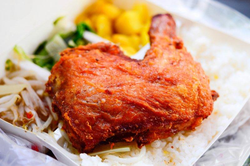 上班族飲食不正常,健康危機也反映在數據上,超過九成都認為自己有腸胃不適問題。(示意圖/Reila Liu@Flickr)