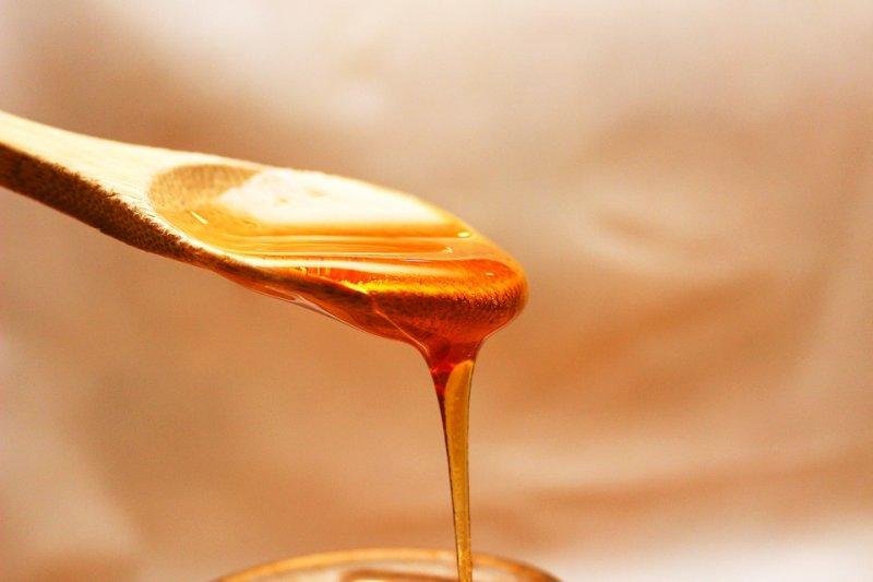 蜂蜜可能有肉毒桿菌孢子,孢子可耐高溫,就算做成蜂蜜蛋糕、土司,一樣不能吃...(圖/Three-shots@pixabay)