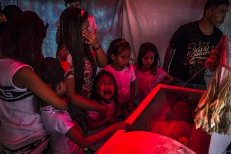 自由攝影師伯雷胡拉克拍攝菲律賓總統杜特蒂鐵腕掃毒的駭人景象而獲獎(AP)