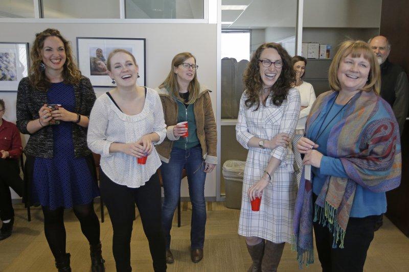 《鹽湖城論壇報》人員對榮獲「地方報導獎」而笑開懷(AP)