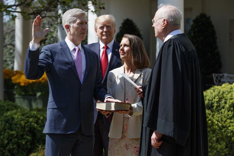 美國聯邦最高法院新科大法官葛薩奇10日在白宮玫瑰園宣誓就任,成為美國第101位大法官。(美聯社)
